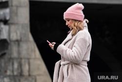 Виды Екатеринбурга, телефон, смартфон, девушка, социальные сети, мобильный телефон, смотрит в телефон, гаджет, телефон в руках
