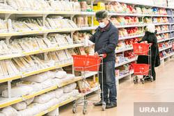 Виды города, зима. Тюмень, продукты, покупатели, бабушка, выбор продуктов, ашан, пенсионеры