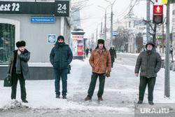 Виды города, зима. Тюмень, прохожие, мужчины, пешеходы