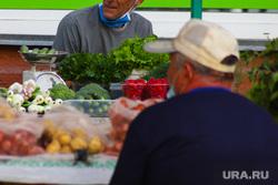 Городские рынки. Курган, торговля, ягоды, рынок, мужчины, уличная торговля, зелень, пенсионеры торгуют