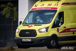Доставка пациентов скорой помощью в ГКБ №40 «Коммунарка» во время пандемии SARS-CoV-2. Москва, защитный костюм, врачи, скорая помощь, реанемобиль, реанимация, фельдшер, медики, covid19, коронавирус, ковид, противочумной костюм, карантинный центр