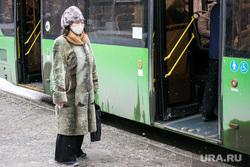 Пешеходы. Тюмень, пенсионерка, общественный транспорт, прохожие, пожилая женщина, бабушка, пешеходы, пассажиры, пассажиры автобуса, пенсионеры