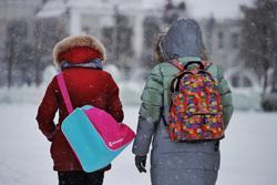 Снегопад. Курган, зима, рюкзаки, дети, зимняя одежда, школьники, ученики, зимние каникулы