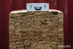 Досмотр пиломатериалов на таможенном контроле. Екатеринбург, доска, лесоматериалы, древесина, чемодан, торговля лесом, чемоданчик, продажа пиломатериалов, пиломатериалы