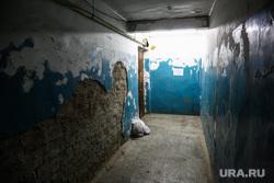 Дом по ул. Ставропольская 1 , который экстренно расселяют.  Тюмень, коридор, кирпичная кладка, разруха, старый подъезд, ставропольская 1, обшарпанные стены, старые стены