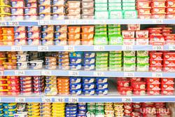 Продукты, овощи и фрукты. Тюмень, торговля, молочные продукты, упаковка, магазин, витрина, прилавок, выкладка товара, плавленный сыр, мягкий сыр, раскладка продуктов