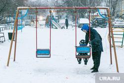 Спальные районы и жители города. Тюмень., снег, мама с ребенком, зима, снег в городе, качели