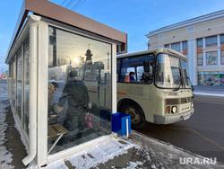 Автобусная остановка на улице Куйбышева. Курган, улица куйбышева, автобусная остановка, автобус