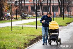 Торжественное открытие после реконструкции сквера на проспекте Орджоникидзе. Екатеринбург, семья, папа с коляской, рождаемость, новорожденные, папа с ребенком, прогулка с ребенком