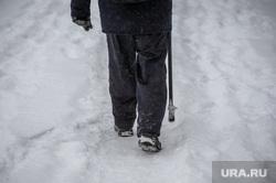 Снегопад, зима. Челябинск, снег, пенсионер, пешеход, снегопад, зима, люди, трость, костыль, дорога