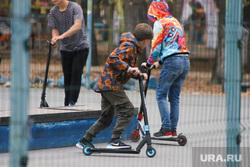Клипарт по городу. Курган, школьник, подростки, спорт, дети, мальчики, парни, скейт парк, скейт городок