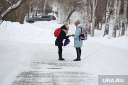 Дети и пенсионеры. Курган, зима, девочки, дети, ученицы