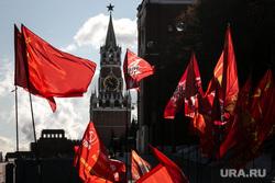 Коммунисты на Манежной площади, перед возложением цветов к могиле Сталина в годовщину его смерти. Москва, коммунисты, кпрф, митинг, коммунистическая партия, кремль, красные флаги, москва