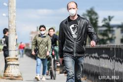 Пятьдесят второй день вынужденных выходных из-за ситуации с распространением коронавирусной инфекции CoVID-19. Екатеринбург, респираторная маска, люди на улице, coronavirus