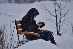 Снегопад. Курган, снег, телефон, скамейка, сотовая связь, сотовый телефон, парень, гаджет, мужчина, зима