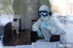 Сенатор Сергей Муратов вручает медикам второй горбольницы кислородные концентраты. Курган, защитный костюм, медики, врачи, здравоохранение, медицина, средства защиты