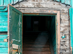 Ветхое жилье, готовящееся к сносу, по улице Береговая. Тюмень, деревянное зодчество, ветхое жилье, старая зарека, зарека, лестница, улица береговая