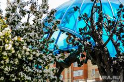 Весна в городе. Обстановка на улицах во время эпидемии коронавируса. Челябинск, скульптура, цветение, весна, сфера любви