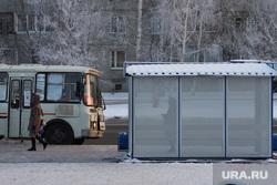 Остановочный павильон в 6 мер. поселка Заозерный. Курган, зима, автобусная остановка, автобус, пассажир, ожидание автобуса