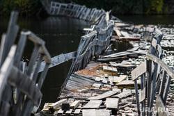 Мост через реку Сысерть. Свердловская область, поселок Луч, разрушенный мост, переправа через реку, старый мост, деревянный мост, аварийный мост