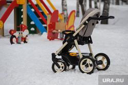 Цветы. Дети. Пенсионеры. Курган, снег, зима, детская площадка, детская коляска