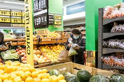 Масочный режим во вторую волну коронавируса. Тюмень, продукты, касса, фрукты, магазин, женщина в маске