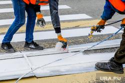 Разметка пешеходного перехода. Челябинск, пешеходный переход, дорожники, дорожная разметка
