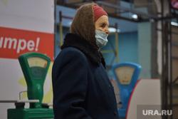 Реконструкция городских рынков. Курган , весы, рынок, бабушка, старушка, магазин, масочный режим, пенсионерка в маске
