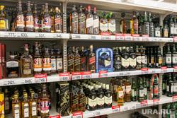 Продукты, овощи и фрукты. Тюмень, торговля, витрина, алкогольная продукция, прилавок, крепкие напитки, алкоголь, магазин