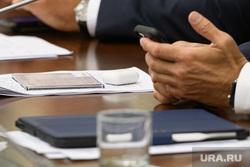Совещание полпреда по УрФО с сенаторами и депутатами госдумы. Екатеринбург, смартфон, сотовый телефон, бизнес, телефон в руке, руки