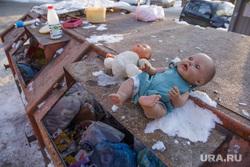 Виды Перми, игрушки, мусор, мусорный бак, куклы, детское насилие, пупсы, дети без присмотра