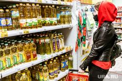 Масочный режим во вторую волну коронавируса. Тюмень, покупатель, покупатели, растительное масло, магазин, выбор продуктов