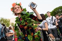 Первый день протестов против строительства храма Св. Екатерины в сквере около драмтеатра. Екатеринбург, пляски, смартфон, сотовый телефон, девушки, танцы, лахтикова екатерина