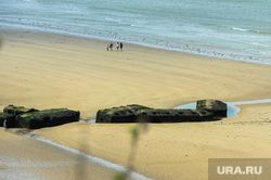 Прогулка по Нормандии. Франция, пляж, место высадки союзников во время второй мировой войны в городе аснель, пролив ла-манш