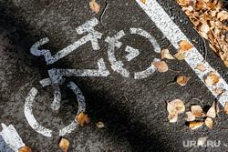 Сентябрь в Тюмени: парки, листва, деревья, прохожие. Тюмень, листья, сентябрь, велосипед, осень, листья желтые, осенние листья