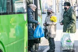 Люди в масках. Тюмень, автобус, букет, общественный транспорт, люди в масках, пассажиры, пенсионеры