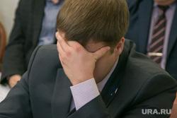 Заседание аграрного  комитета Курганской областной Думы. Курган, александров юрий, усталость, головная боль, закрыл лицо рукой