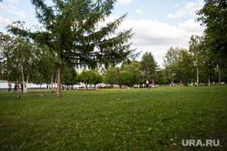 «Пикник Храбрых» в сквере на Октябрьской площади. Екатеринбург, газон, трава, лето, зелень, сквер на драме