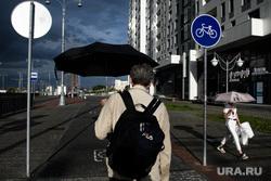 Виды Екатеринбурга, велодорожка, прохожий, лето, горожане, зонт, непогода, улица татищева, город, пешеходы, городская среда, город екатеринбург, люди под зонтом, дождь, лето в городе
