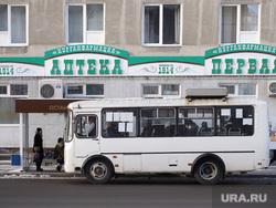 Автобусная остановка на улице Куйбышева. Курган, улица куйбышева, аптека, автобусная остановка, автобус