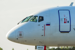В аэропорту Челябинска приземлился «Суперджет» с вахтовиками Чаяндинского месторождения Якутии. Челябинск, маски, пилот, эпидемия, летчик, авиация, сухой суперджет, экипаж самолета, суперджет, защитные маски