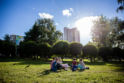 Встреча храбрых в сквере на драме. Необр.Екатеринбург , отдых на траве, пикник, лето, солнце, город екатеринбург, сквер на драме