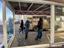 Автобусная остановка на улице Куйбышева. Курган, улица куйбышева, автобусная остановка, автобус, пассажиры автобуса