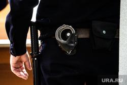 Судебное заседание по делу Владимира Васильева. Екатеринбург, конвоир, дубинка, полиция, охрана правопорядка, конвоирование осужденного, полицейский, охрана порядка, конвоирование, наручники, конвой