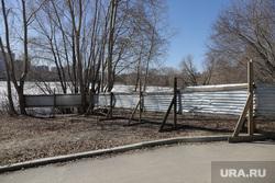 Забор вокруг парка УрГУПС. Екатеринбург, жестяной забор