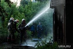 Пожар в деревянном доме по улице 8 марта. Екатеринбург, мчс, струя воды, тушение пожара, пожарные