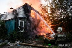 Пожар в деревянном доме по улице 8 марта. Екатеринбург, деревянный дом, пожар, тушение пожара, горящий дом