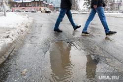 Уборка города после снегопада. Екатеринбург, лужа, ливневая канализация, мокрый снег, пешеходы