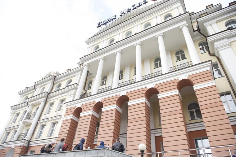 """Клиенты банка """"Нейва"""" стоят перед входом в офис"""