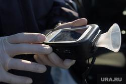 Проверка ГИБДД водителей на дорогах города. Магнитогорск, алкотестер